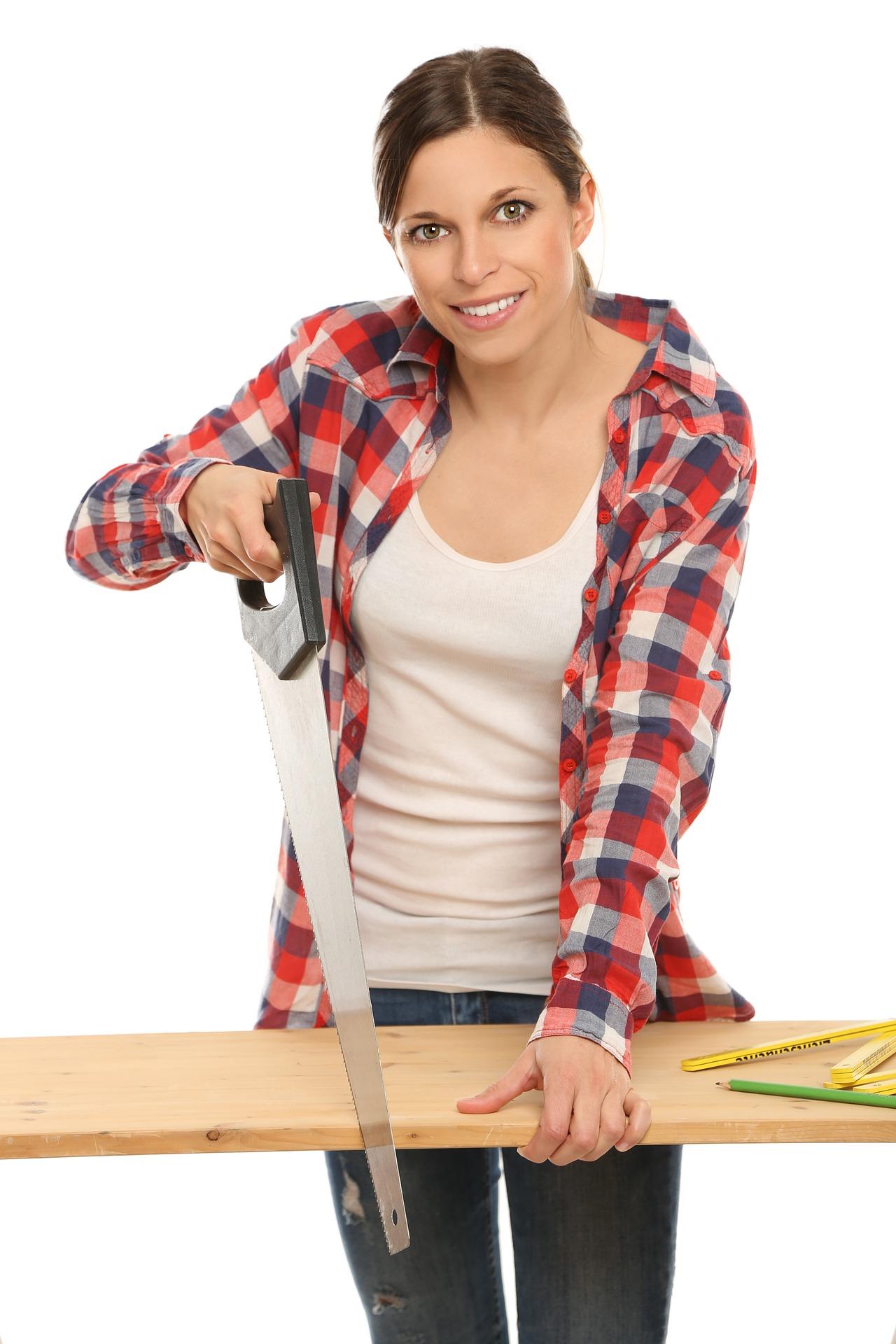 Frauen bauen Möbel